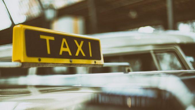 Трансфер из аэропорта: преимущества заказа услуги такси в компании